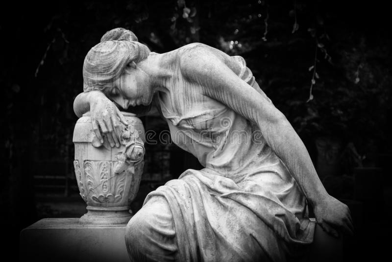 Ledset och gråta kvinnaskulptur Ledsen sörja uttrycksskulptur med sorgframsidan ner tänkande gråta Svartvitt bw-foto arkivfoto