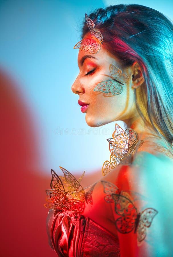 Wiosna modelka fantazji piękności w kolorowym jasnym świetle Portret pięknej letniej młodej kobiety w UV Projekt artystyczny zdjęcia royalty free
