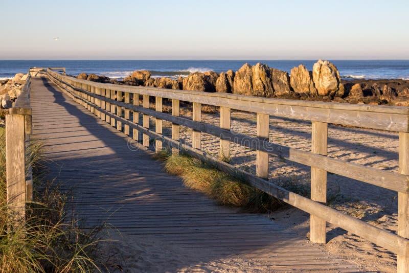 Ξύλινο μονοπάτι με φράχτη στην παραλία Περπάτημα στην ακτή το πρωί Ακτή του Ατλαντικού Ωκεανού στην Πορτογαλία στοκ φωτογραφία με δικαίωμα ελεύθερης χρήσης