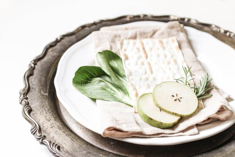 Stängning av fodertallrik Matzo bröd, ägg, äppelfrukter, örter och chazeretallat, vegetabiliska Vintage silverbricka royaltyfria bilder