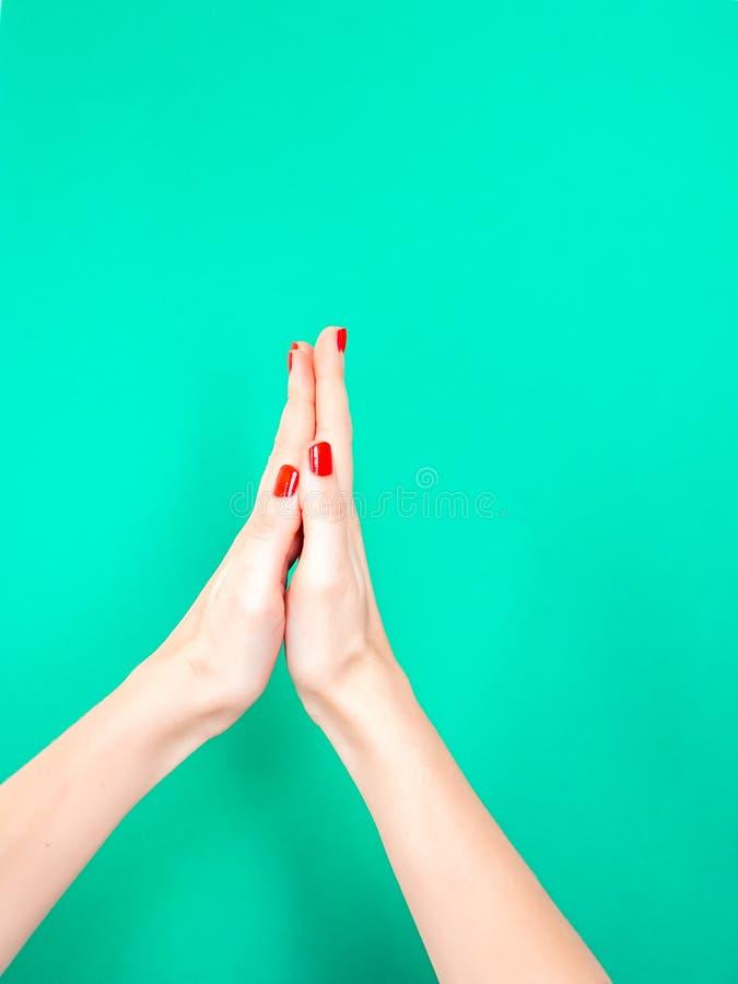 Il segno della mano delle mani del ringraziamento Ringraziamo con le mani imitando le mani in preghiera emoji Donna in attesa fotografia stock libera da diritti