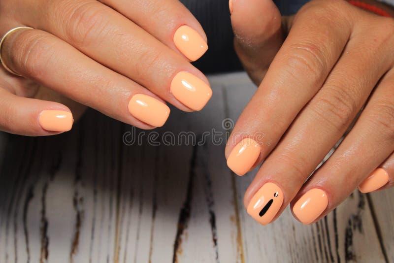 Verbluffende natuurlijke nagels Vrouwen & x27-handen met schone mest Gel poetseer toegepast royalty-vrije stock foto's