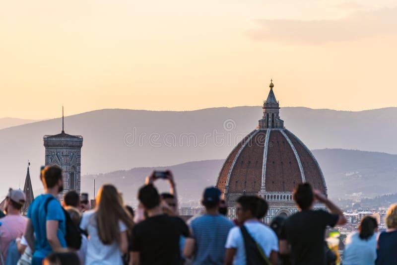 Gente que mira el panorama de Florencia - Cathdral Puesta del sol de Piazzale Miguel Ángel Toscana, Italia imagen de archivo libre de regalías