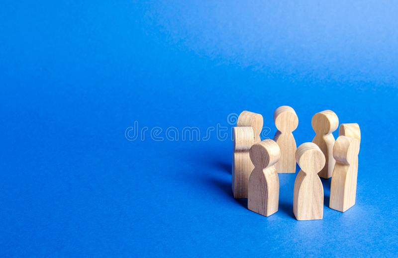 Las estatuillas de la gente se colocan en un círculo discusión, cooperación Reunión en el trabajo, negociando un plan de acción T fotos de archivo