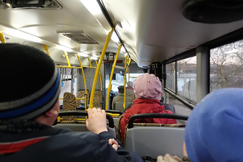2019 ABRIL 08 MOSCÚ RUSIA - El interior del bus Personas mayores montan el autobús Transporte público foto de archivo