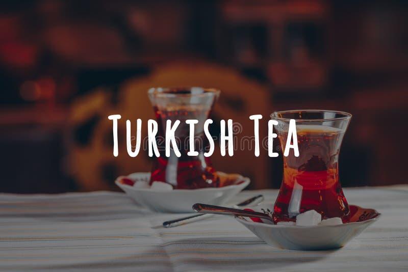 Turkse thee in het restaurant Turks keuken- en reisconcept Turkse formulering van thee royalty-vrije stock foto's