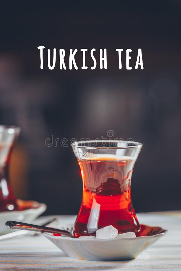 Turkse thee in het restaurant Turks keuken- en reisconcept Turkse formulering van thee royalty-vrije stock foto