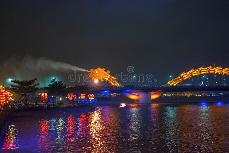 Puente Dragon en Da Nang, Vietnam, de noche El dragón soplando fuego caliente fuera de su boca Una famosa atracción en Da Nang fotos de archivo libres de regalías