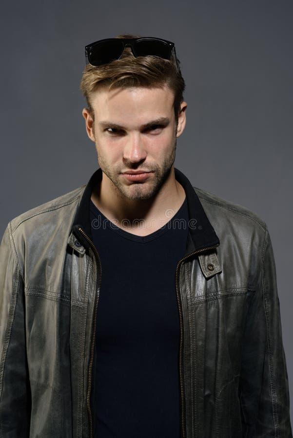Abbigliamento maschile di modo Fondo grigio di uomo di usura di vetro bei dell'occhio Uomo di modo Modo eyewear Modello di moda d immagine stock libera da diritti