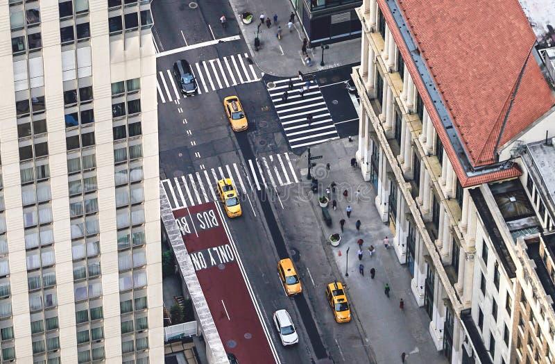 New York-gatan med gula taxibilar och människor som går Skåp, bilar och fotgängare som korsar övergångsställen Busy NYC arkivfoton