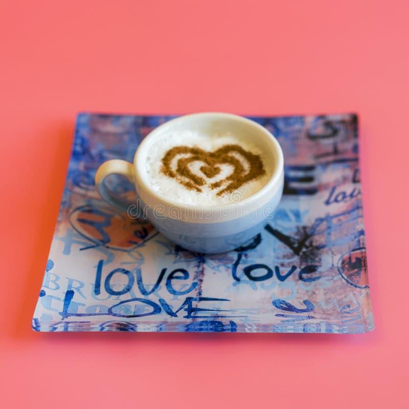 Heart Shape Coffee Cup Concept, geïsoleerd op roze achtergrond liefdesbeker , hartstocht op latente kunstkoffie vierkant royalty-vrije stock afbeelding