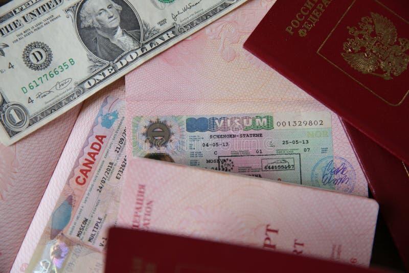 Rosyjski paszport z wizÄ… i pieniÄ™dzmi kanadyjskimi i Schengen - jeden dolar. Paszport podróżny z wizÄ…. Wakacje i podróże zdjęcia royalty free