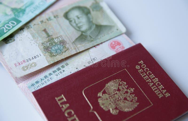 Rosyjski paszport z chińską wizą i pieniędzmi to juan i 200 rul rosyjskich. Pieczęć wizowa, paszport. Wakacje i podróże obraz royalty free