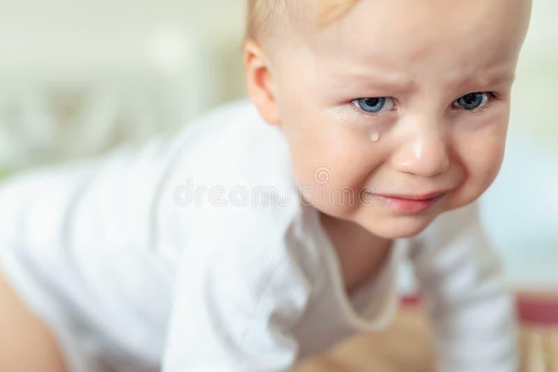 Cute caucasian blond peuter boy portret huilend thuis tijdens hysterische reacties Klein kind voelt zich verdrietig Kleine actric royalty-vrije stock afbeeldingen