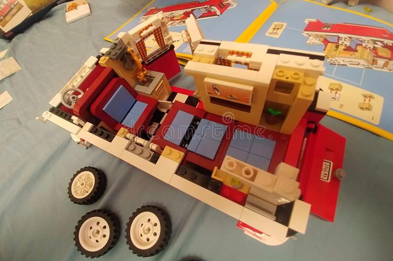 Moskwa, Rosja - 8 maja 2019: Montaż minibusa Volkswagena Transportera T1 z Lego Wnętrze samochodu-zabawki zbliżenie Połowa obraz royalty free