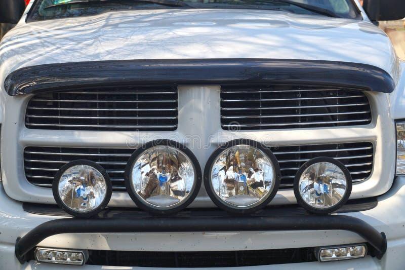 E Radiateur de voiture, phares de route photographie stock