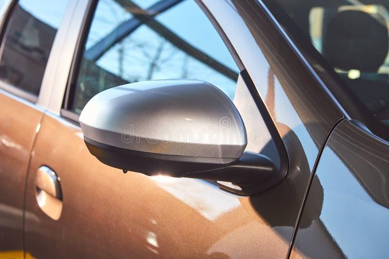 E Renault Duster - presentation för bil för ny modell i visningslokal - sidospegel royaltyfri foto