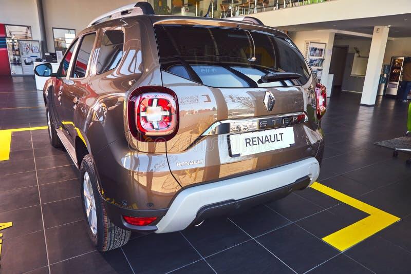 E Renault Duster - presentation f?r bil f?r ny modell i visningslokal - baksidasikt arkivfoto