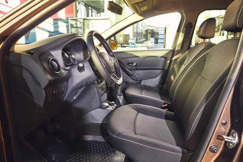 E Renault Logan MCV - presentationen f?r bilen f?r den nya modellen i visningslokal - inre insida royaltyfri foto