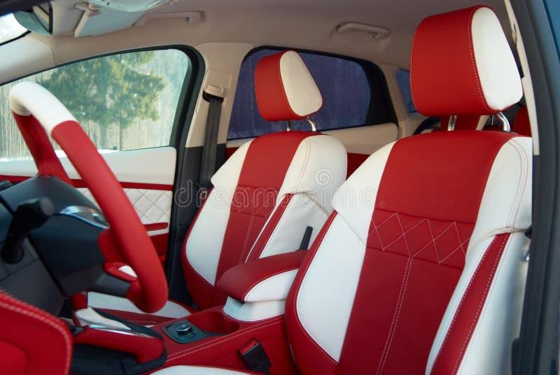 E rotella interna del trasporto della direzione dell'automobile Dettagli dell'interno dell'automobile Cuoio rosso bianco con la c fotografia stock