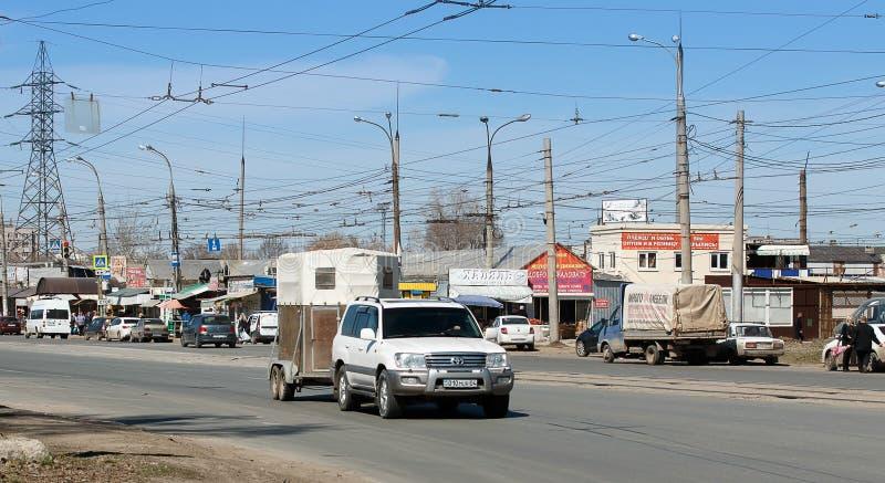 E samara Шоссе фабрики -18 -го в апреле, автомобиль на дороге стоковые изображения rf