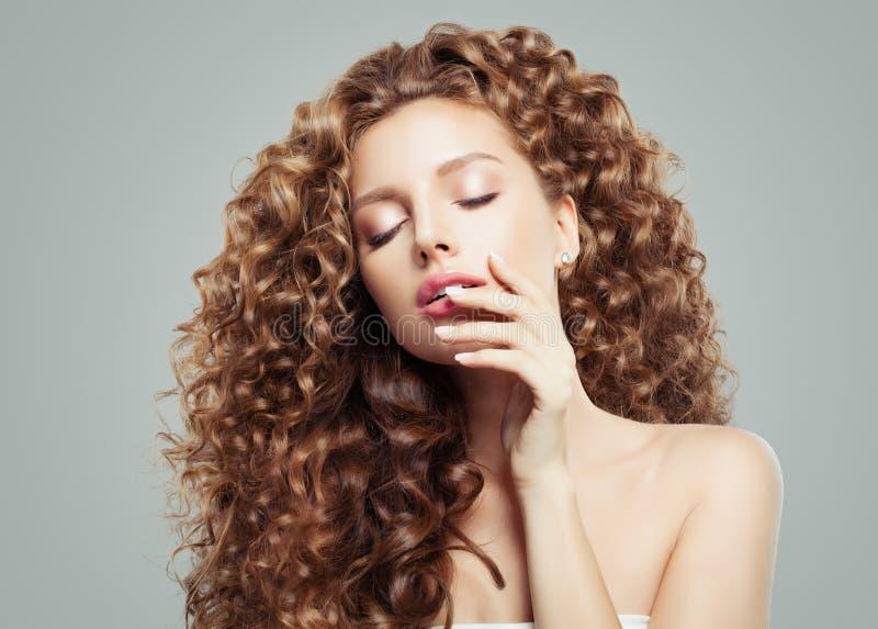 E Schönes Mädchen mit dem langen lockigen Haar lizenzfreies stockbild