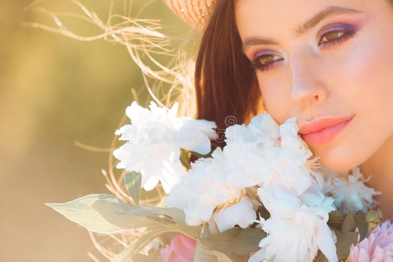 E Schauen Sie dort Reise im Sommer Frau mit Art und Weiseverfassung gelbes und grünes Konzept Frühjahr und Ferien lizenzfreies stockfoto