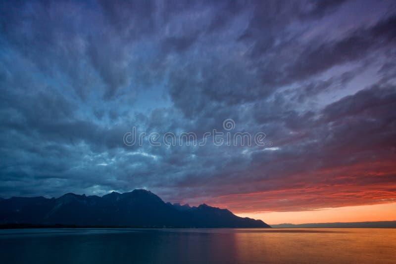 E Schilderachtige de zomerzonsondergang in Zwitserse Alpen royalty-vrije stock foto's