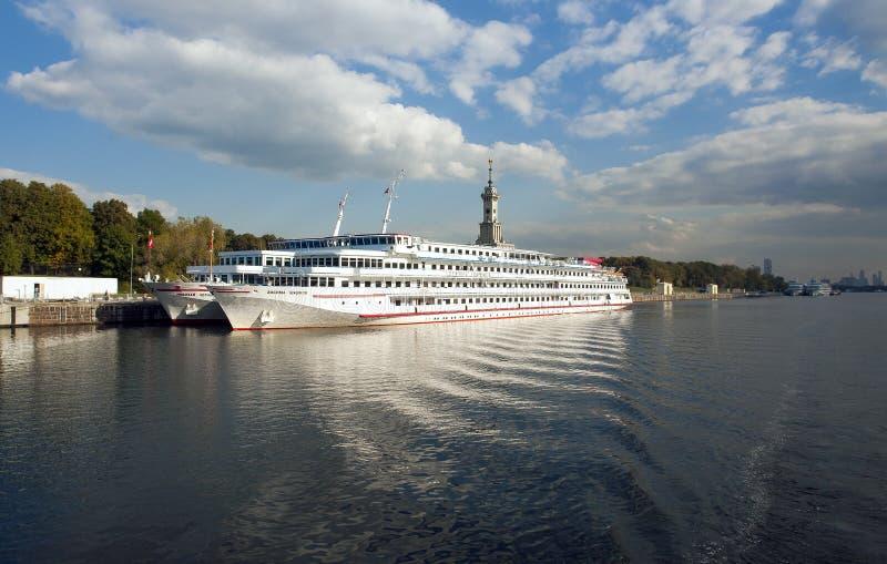 E Schip op de rivier van Moskou dichtbij de rivierhaven stock foto