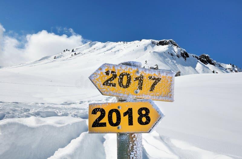 2018 e 2017 scritti sul segnale di direzione giallo immagini stock libere da diritti