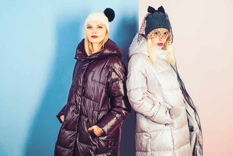 E Seksownego kobiety noszą zimy ciepli żakiety Zimy mody trendy r obrazy stock