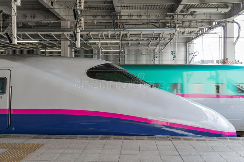 E2 serii pociska pociąg (Szybkościowego, Shinkansen) obraz stock