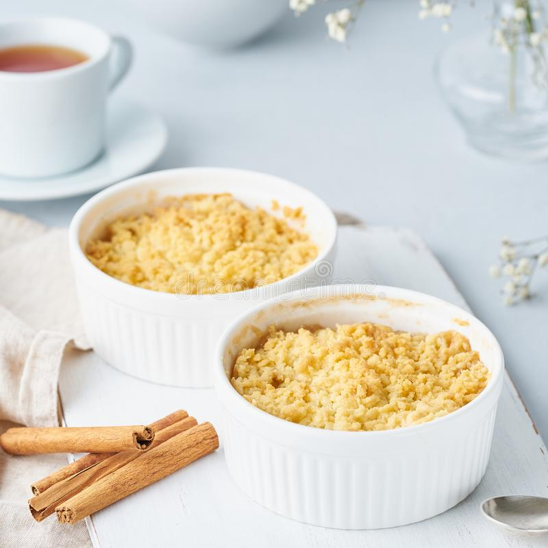 E Sidosikt, slut upp Morgonfrukost p? ett ljust - gr? tabell fotografering för bildbyråer