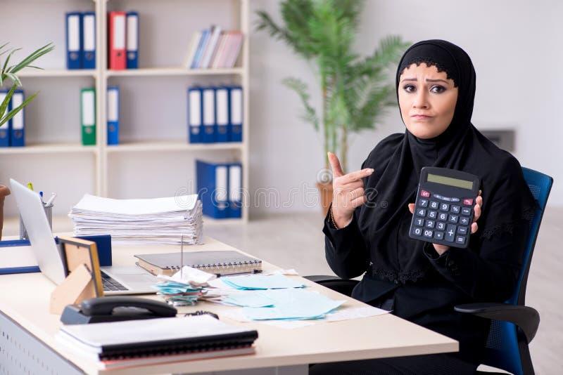 ?e?ska pracownik ksi?gowa w hijab pracuje w biurze obraz royalty free