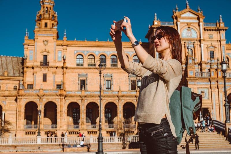 ?e?ski backpacker odwiedza Seville, Hiszpania Europejska backpacking przygoda zdjęcie royalty free