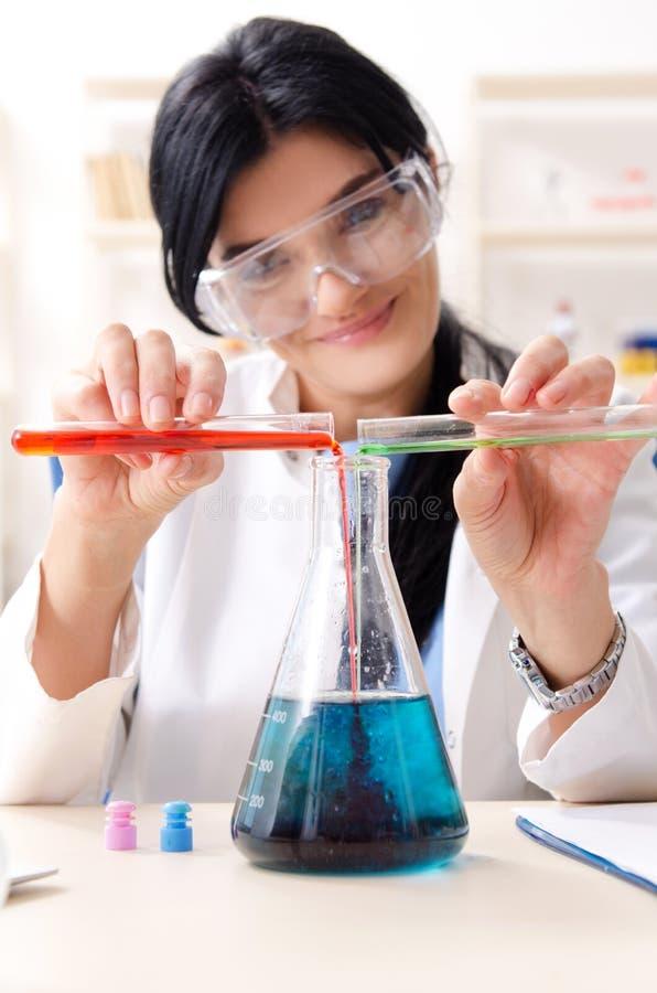 ?e?ski chemik pracuje przy lab obraz stock