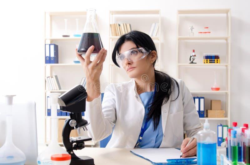 ?e?ski chemik pracuje przy lab zdjęcia stock