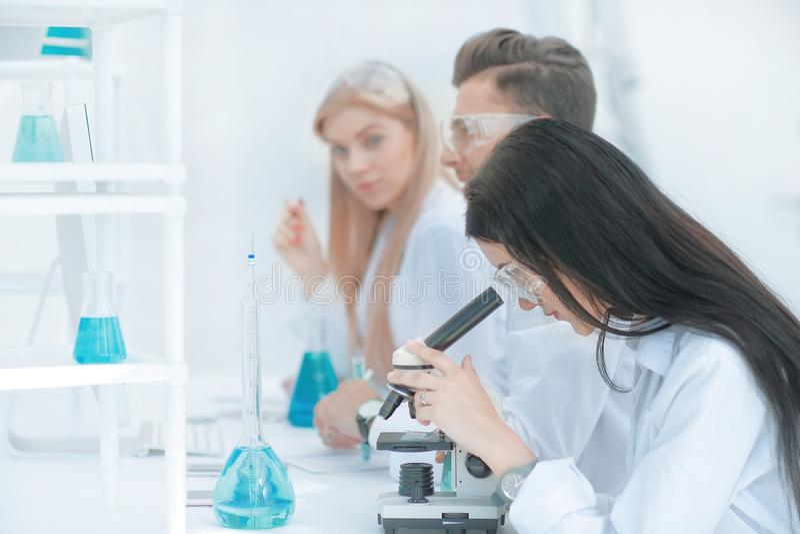 ?e?ski naukowiec u?ywa mikroskop w laboratorium zdjęcia stock