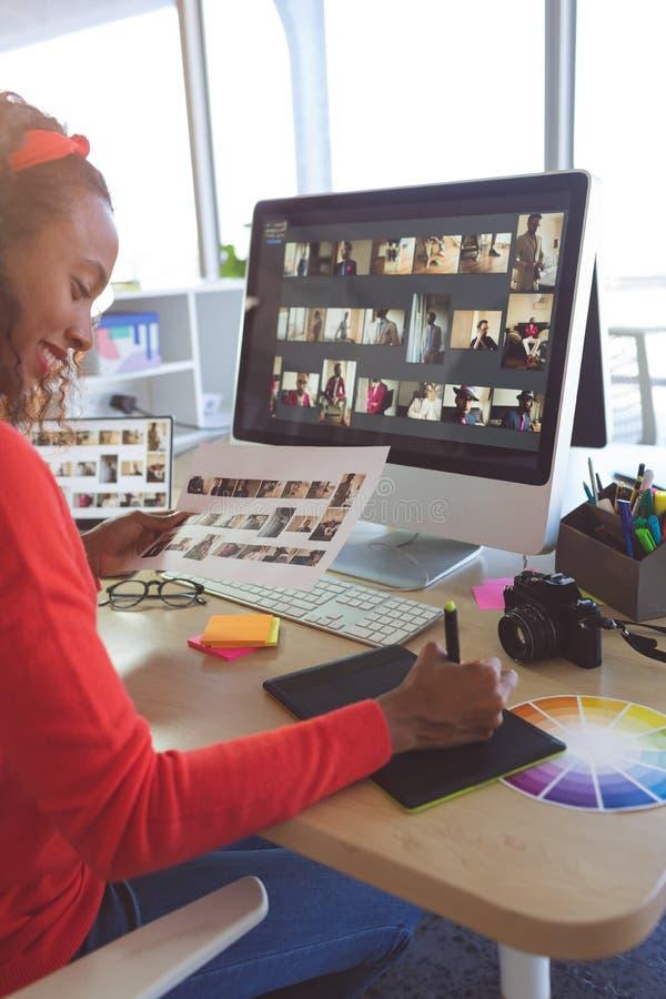 ?e?ski projektant grafik komputerowych pracuje przy biurkiem obraz stock