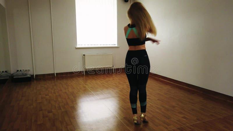 ?e?ski tancerza szkolenia taniec podczas gdy pr?buj?cy w tana studiu zdjęcie stock