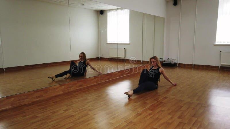 ?e?ski tancerza szkolenia taniec podczas gdy pr?buj?cy w tana studiu fotografia royalty free