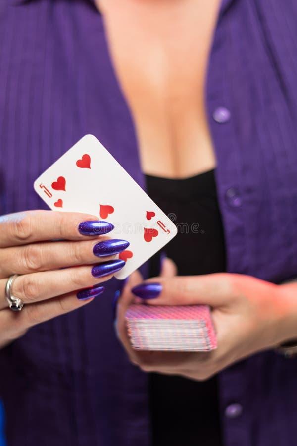?e?skie r?ki z purpurowym manicure'em trzymaj? pok?ad sztuk karty obraz stock
