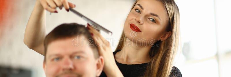 ?e?skiego fryzjera Zgrzywiony M?ski klient w salonie zdjęcia royalty free