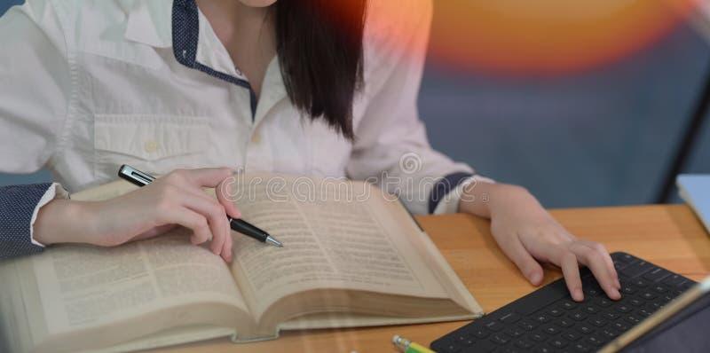?e?skiego ucznia studiowanie przy szko?y wy?sza bibliotek? zdjęcie royalty free