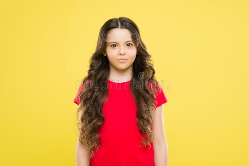 E skincare и естественные волосы t ребенок хипстера o смущенная девушка с длинным стоковые фотографии rf