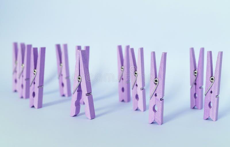 E Soporte de madera p?rpura del clip fuera de otros clips fotos de archivo
