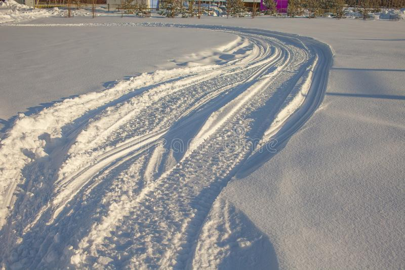 E spårar av snövessla i snön royaltyfria foton