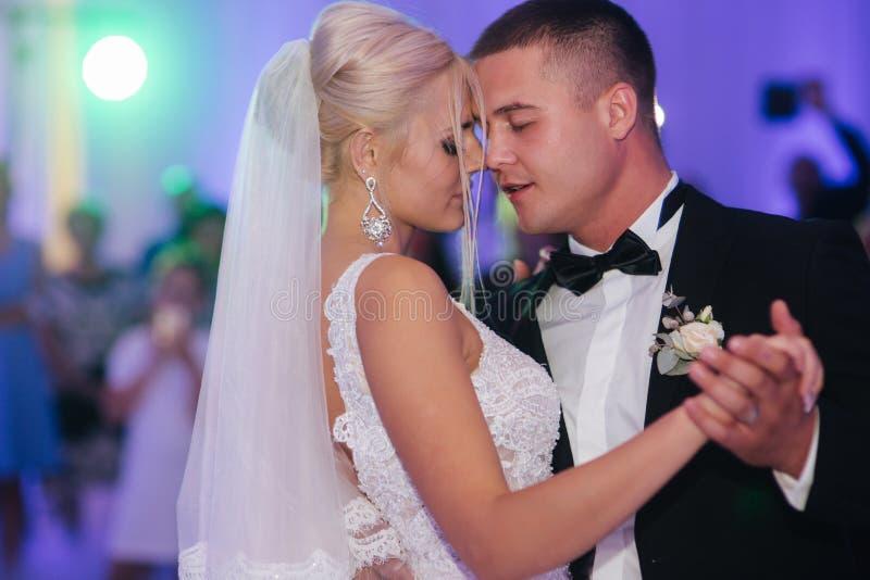 E Sposo bello e sposa elegante nel ristorante fotografie stock libere da diritti