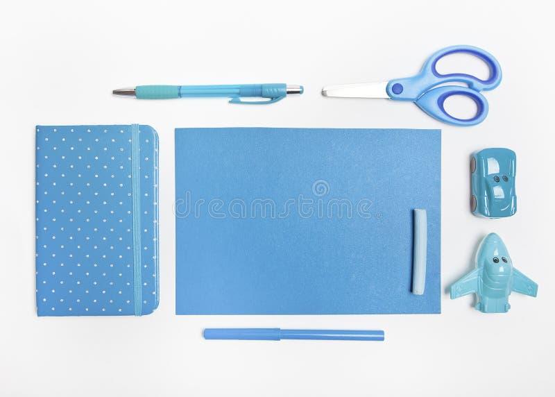 E Stellen Sie von den Briefpapiereinzelteilen mit Spielwaren in den blauen Tönen ein stockfoto