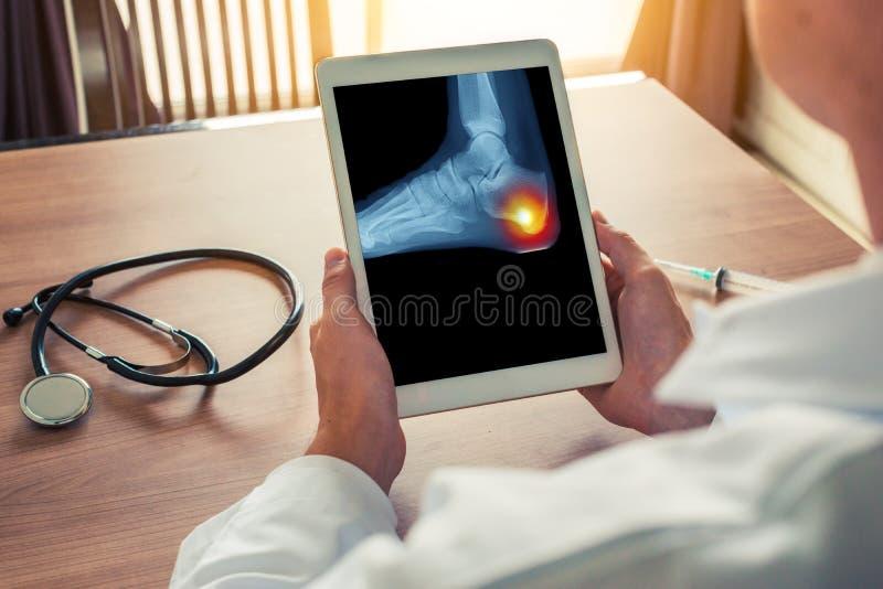 E Stetoskop och injektionsspruta p? skrivbordet arkivfoto